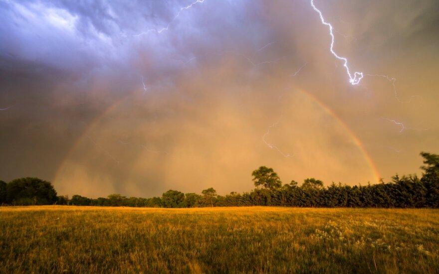 Iki 28 laipsnių įkaitusį orą skros žaibai