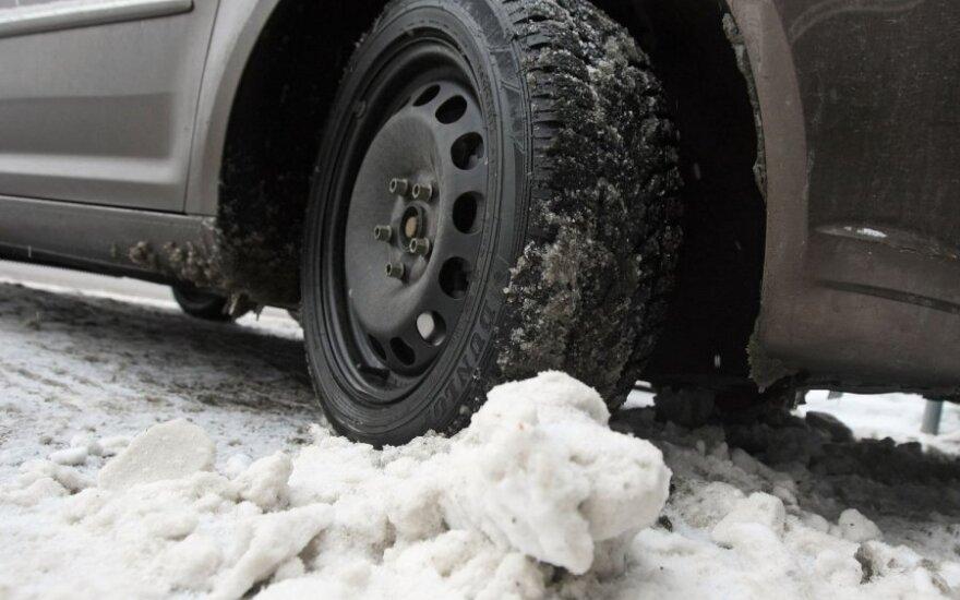 Kaune dėl vandentiekio avarijos gatvė virto čiuožykla