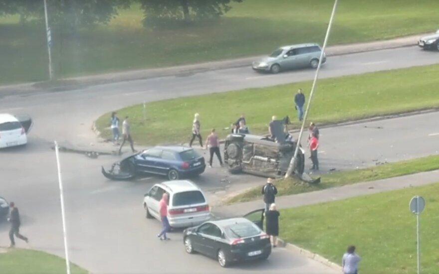 Avarija Kaune: po susidūrimo viena transporto priemonė apsivertė ant šono