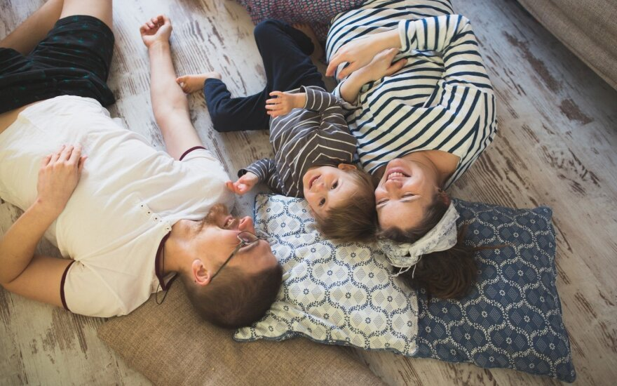 Siūloma dvigubinti išmoką tėvų išlaikymo negaunantiems vaikams