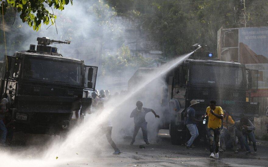 Haityje tūkstančiai protestuotojų siaubė parduotuves ir grūmėsi su policija