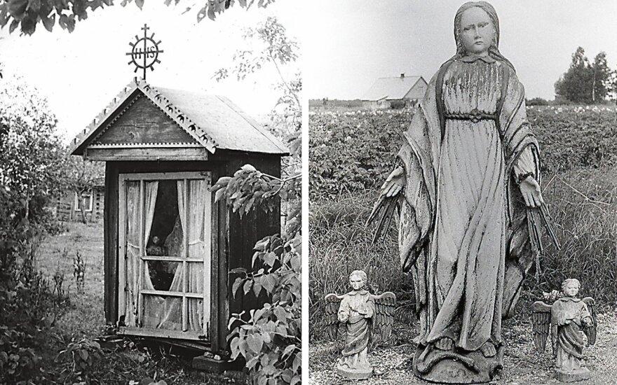 XX a. pr. statyta koplytėlė su ornamentuotu kryželiu ir joje buvusi skulptūrinė grupė. // Juozo Mickevičiaus,. 1960 m.; Adolfinos Petrauskienės, 1965 m. nuotr.