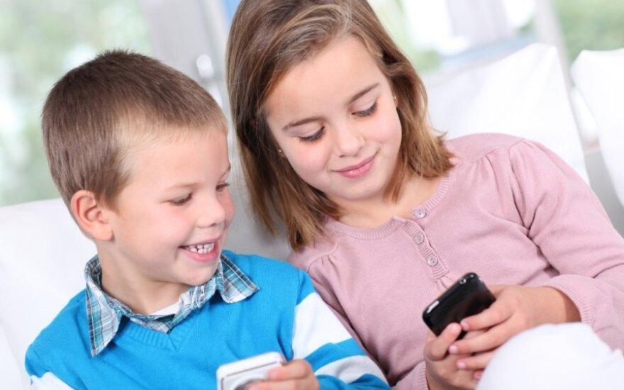 Vaikai žaidžia išmaniuoju telefonu