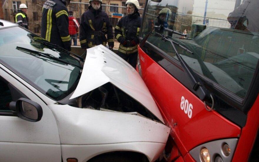 """Kaune susidūrė autobusas ir """"Renault"""", vienas žmogus sužeistas"""