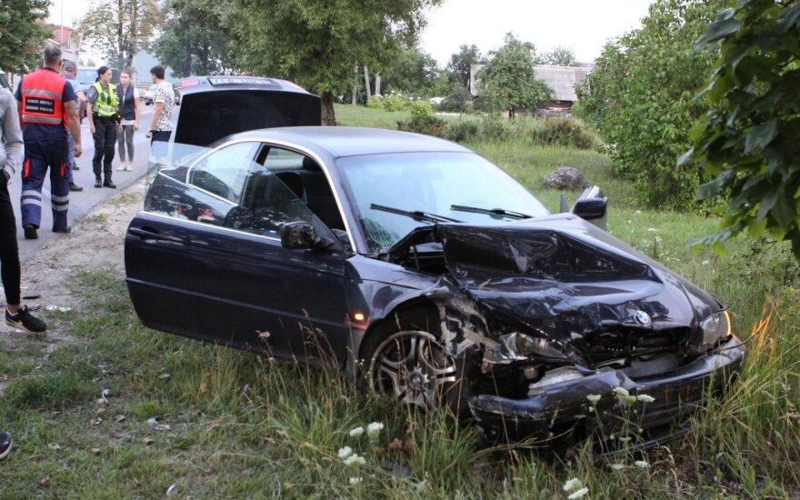 Didžiuliu greičiu atlėkęs BMW rėžėsi į tokios pačios markės visureigį, nukentėjo 19-metis