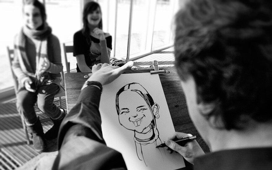 Šaržus piešiantis dailininkas: ne visada pavyksta neįžeisti žmogaus