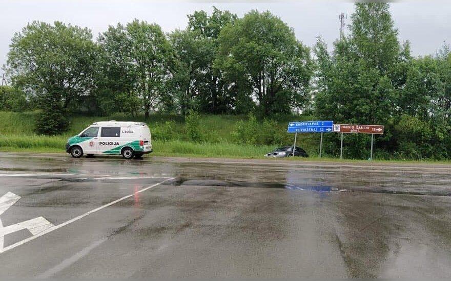 Girta abiturientė, važiuodama laikyti anglų kalbos egzamino, nuo kelio nubloškė kitą automobilį