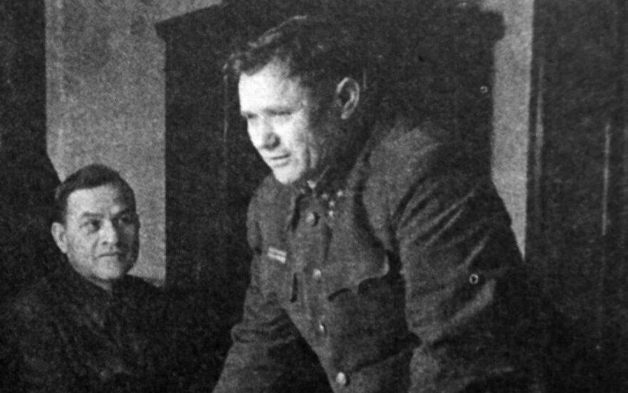 Ties žemėlapiu palinkęs generolas pulkininkas A. Jeriomenka. Stalingradas, 1942 m.