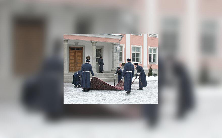 Estų kariai kelia kilimą