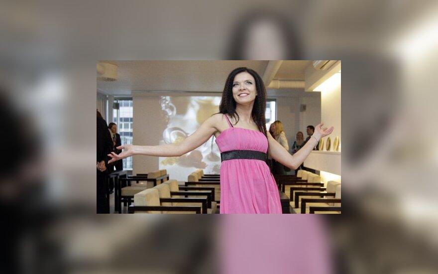 """K. Kirdeikytė vakarėlyje suspindo """"liūtuko"""" šukuosena ir žavia suknele (FOTO)"""