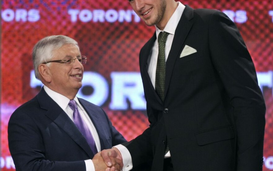 NBA komisaras Davidas Sternas sveikina Joną Valančiūną