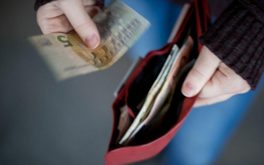 Vieniša trijų vaikų mama valdžiai turi paprastą klausimą: gal paaiškinsit, iš kur turėčiau gauti pinigų