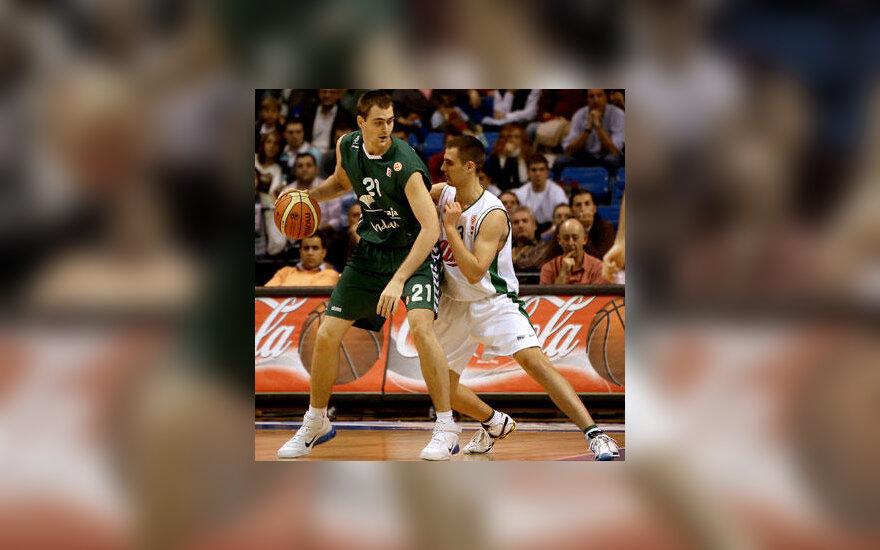 """Erazemas Lorbekas (""""Unicaja"""", žali marškinėliai) kovoja su broliu Domenu Lorbeku (""""Union Olimpija"""")"""