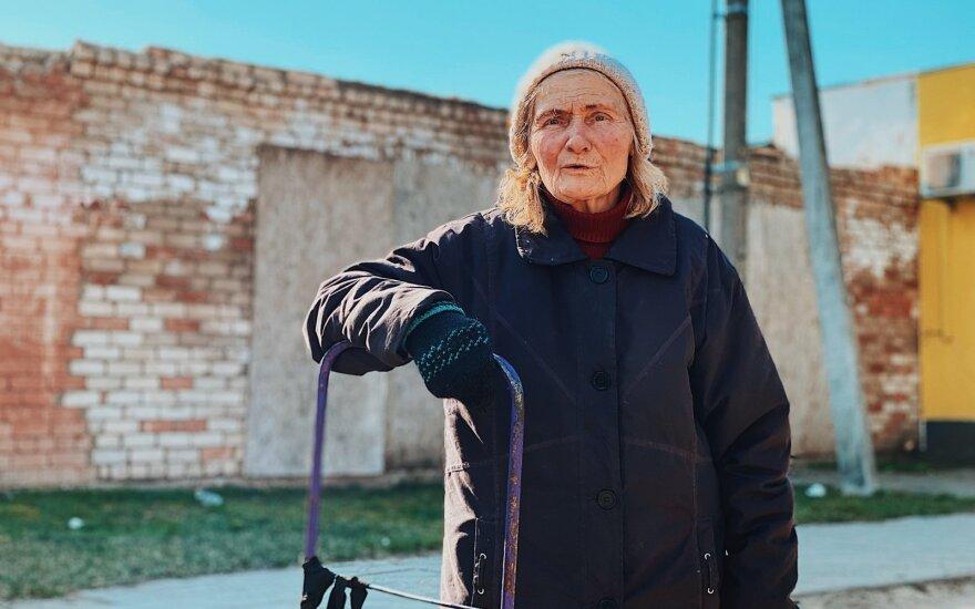 Garbaus amžiaus ukmergiškė nežiūri žinių, todėl koronaviruso nebijo: senų žmonių tokios ligos neima, pas mus yra didesnių problemų