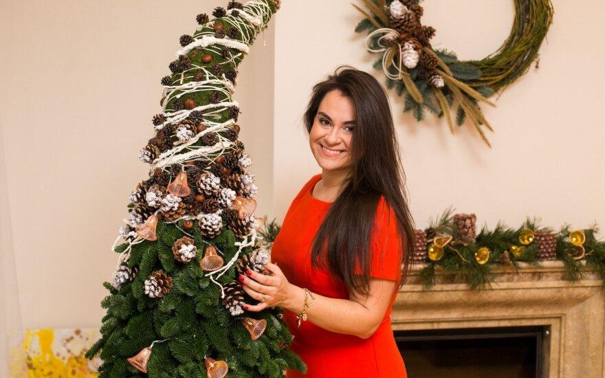 Su mylimuoju šventes sutinkanti Evelina Sašenko namuose papuošė neįprastą žaliaskarę