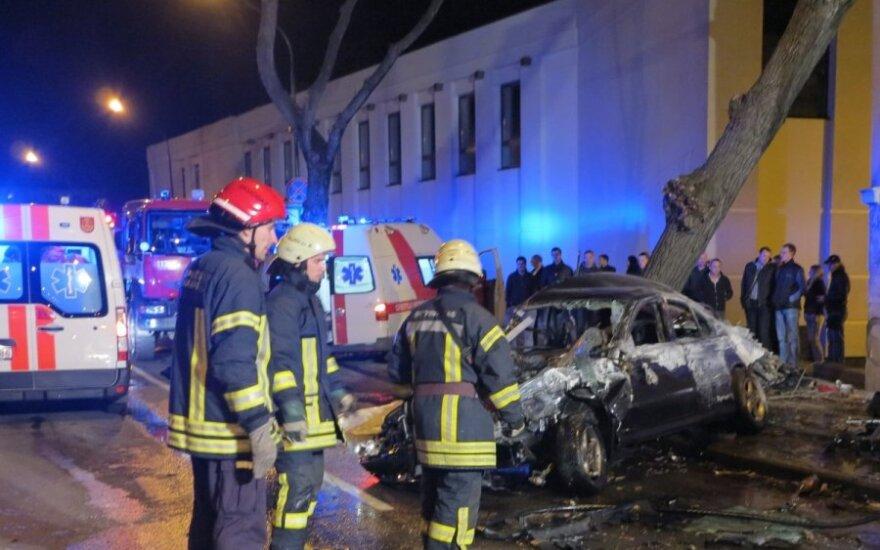 Šalia Klaipėdos dramos teatro per kraupią BMW avariją užsimušė du jaunuoliai, vairuotojas sužalotas