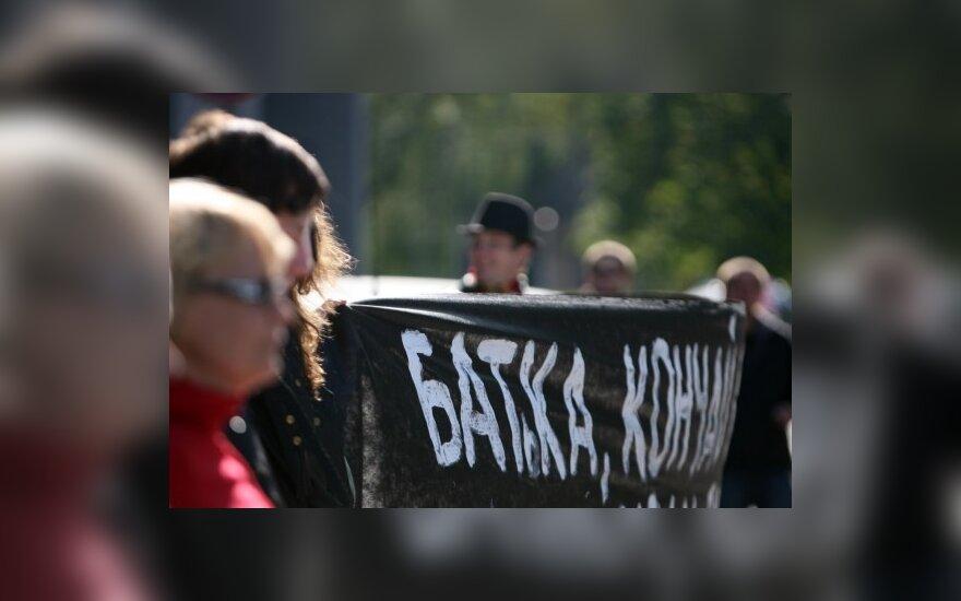Anarchistai prie Baltarusijos ambasados protestavo prieš baltarusių opozicionierių suėmimus