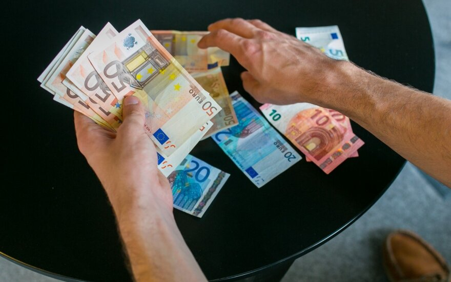 """""""Robinhudu"""" pramintas bankininkas, per krizę nepasiturintiems išdalinęs milijoną eurų, kalėjimo išvengs"""