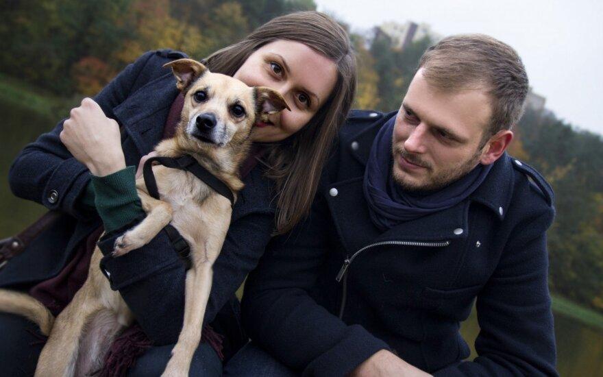 Suaugusį šunį priglaudusi šeima neslepia sunkumų, kuriuos teko įveikti