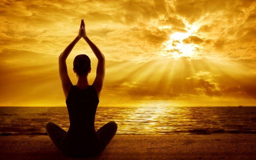 Originalu ir naudinga: užsiima joga ant vandens