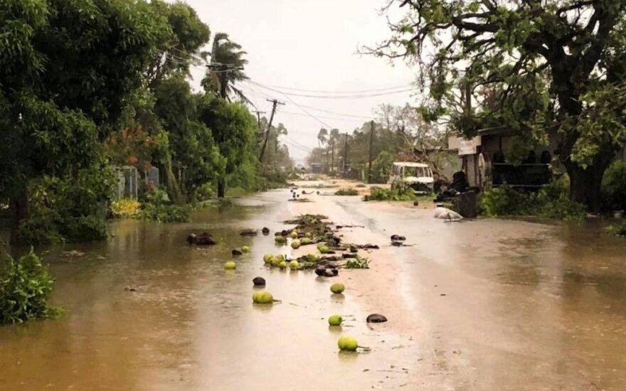 Tongoje parlamento rūmus sugriovęs ciklonas slenka Fidžio link