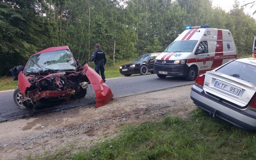 """Tragiška avarija Šalčininkų r.: žuvo """"Audi"""" vairuotojas, į ligoninę skubiai išgabentos sužalotos mažametės"""