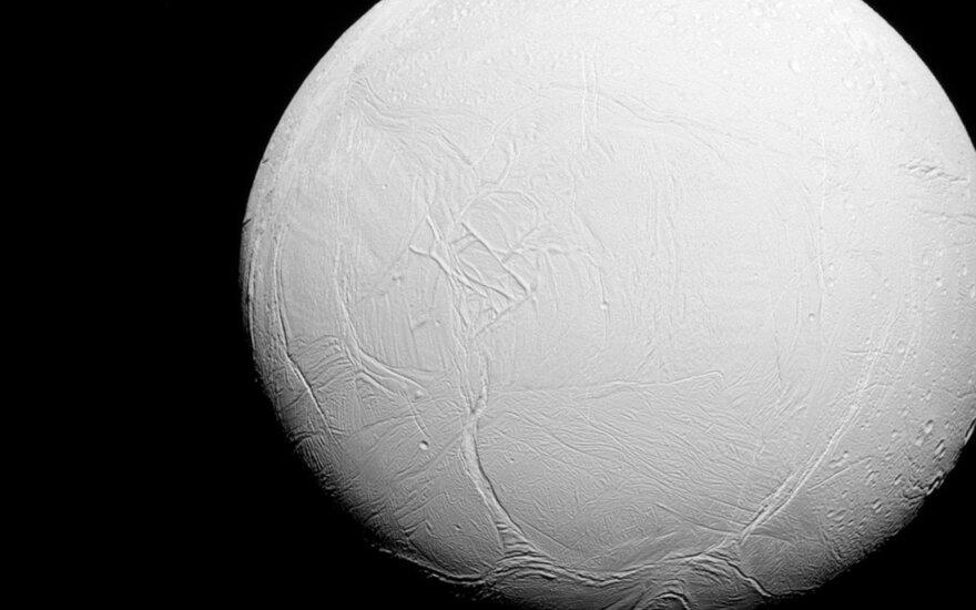 """Cassini"" zondo nufotografuotas Enceladas"