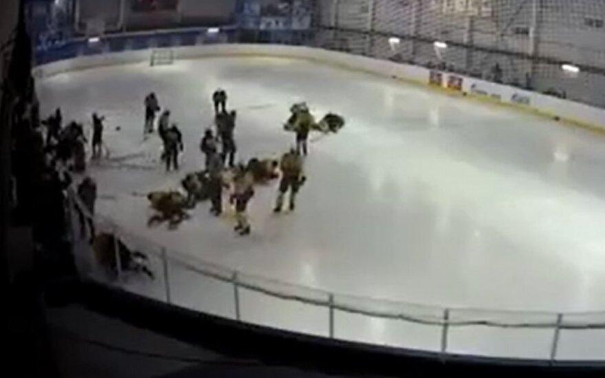 Rusijos 16-mečių ledo ritulininkų muštynės