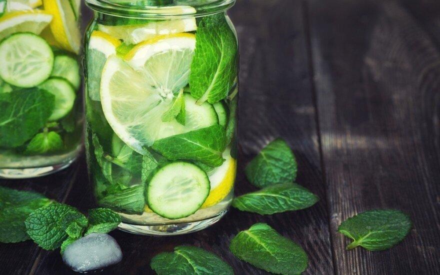 Gaivinantis citrinų, mėtų ir agurkų gėrimas