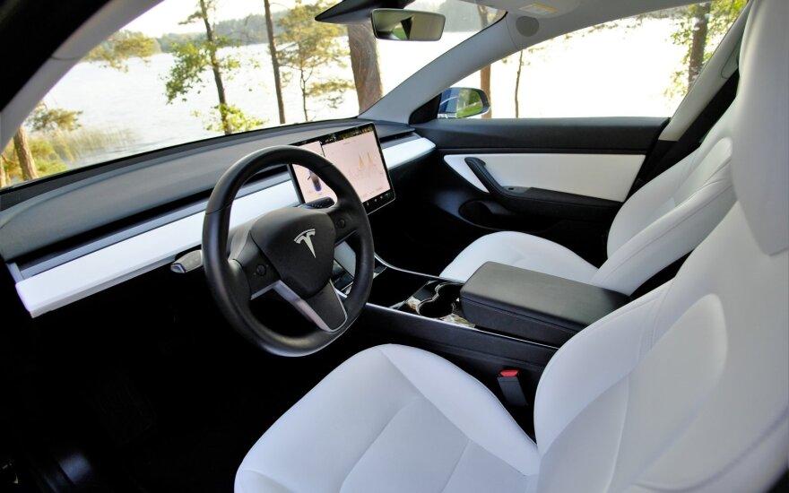 """JAV reguliuotojai paprašė """"Tesla"""" atšaukti beveik 160 tūkst. automobilių"""