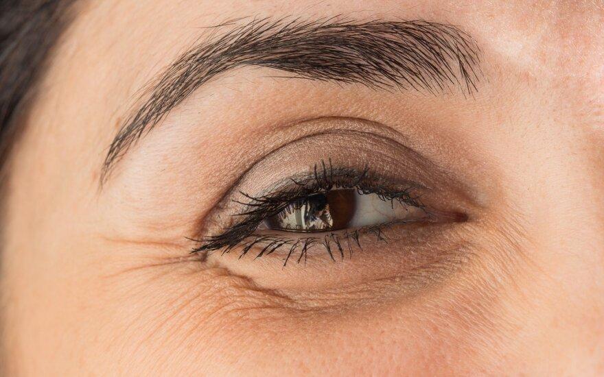 Užkritę akių vokai: ar įmanoma sustabdyti laiką?