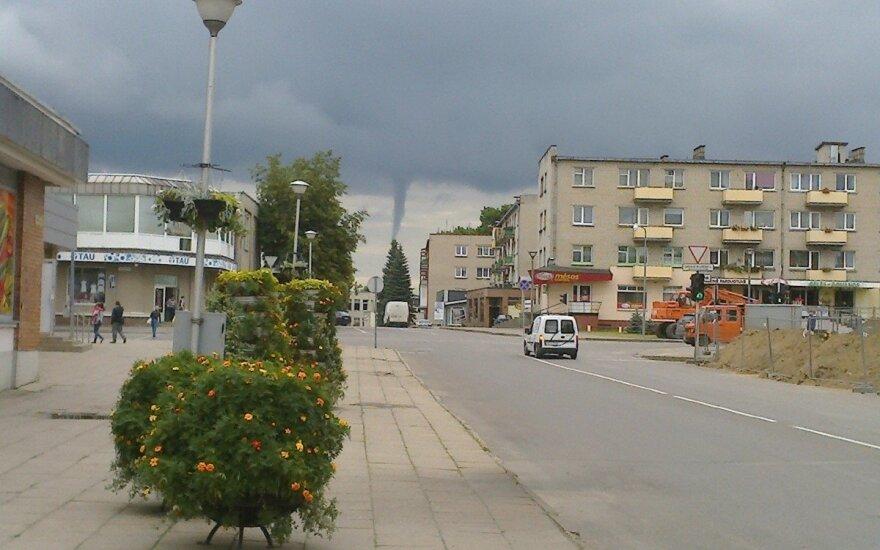 Nufotografavo grėsmingą vaizdą Radviliškyje: tolumoje – viesulas