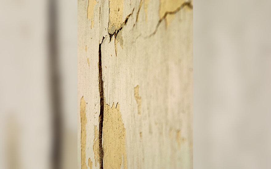 Suskilusi namo siena, drebėjimas
