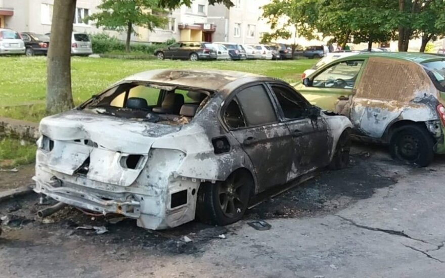 Naktį Kaune, daugiabučio kieme, liepsnos prarijo BMW, policija tiria padegimą