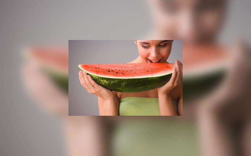 Mergina valgo arbūzą