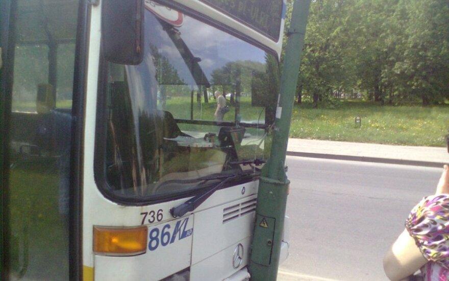 Klaipėdoje į stulpą įvažiavo autobusas