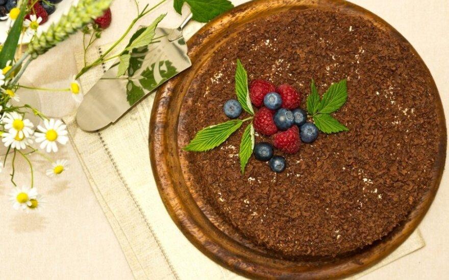 Nekeptas vaisių ir riešutų tortas