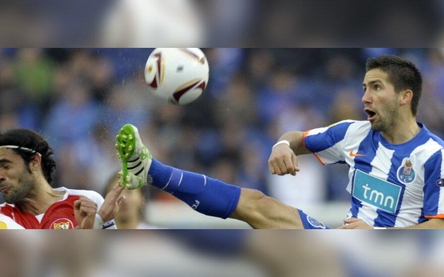 """Joao Moutinho (""""Porto"""") kovoja dėl kamuolio"""