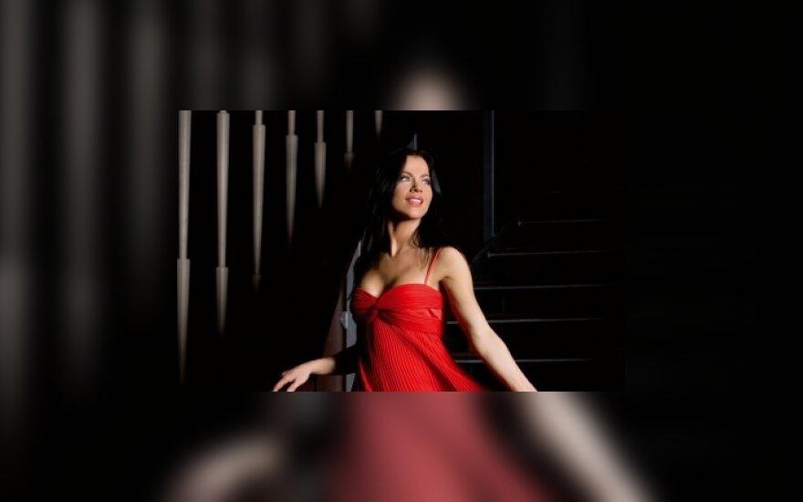 """Į """"Euroviziją"""" besiveržianti  A.Pilvelytė suknelėms įspūdingų sumų nebeskirs"""