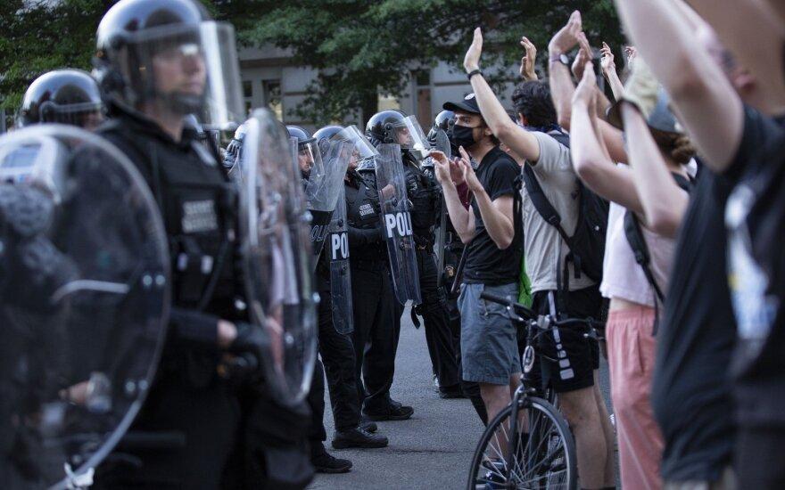 Situacija JAV kaista: Trumpas grasina į gatves pasiųsti tūkstančius karių
