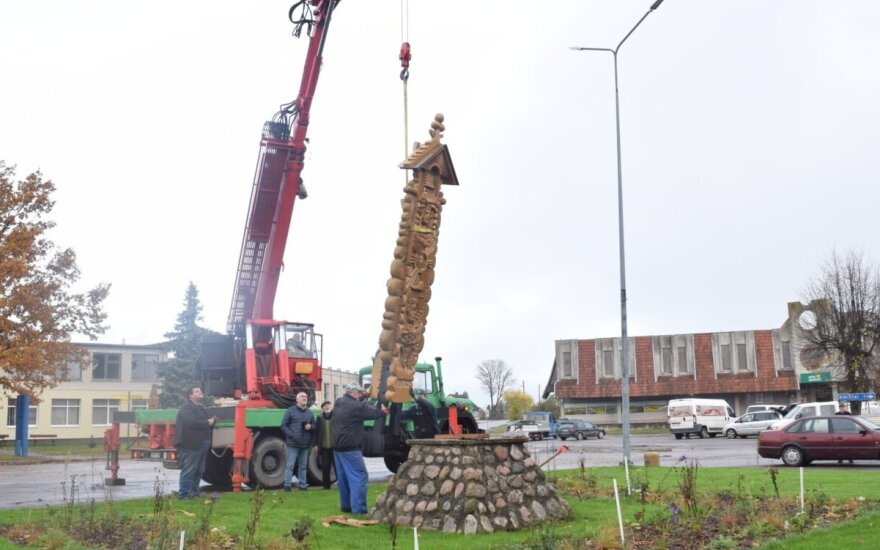 Krakėse iškilo nauja medžio skulptūra