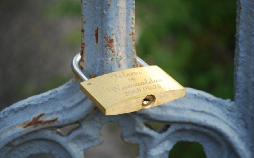 Beveik šimtas Seimo narių teikia Konstitucijos pataisą, kuri šeimą susieja su santuoka