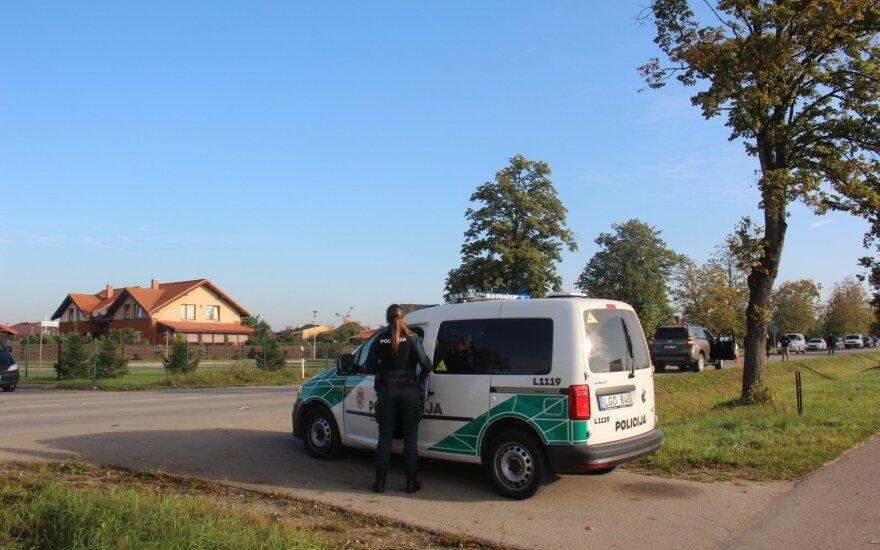 Plungės rajone teisių neturintis devyniolikmetis automobiliu kliudė mokyklinį autobusą