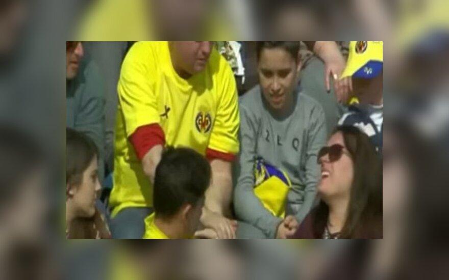 Moteris nukentėjo nuo Lionelio Messi smūgiuoto kamuolio
