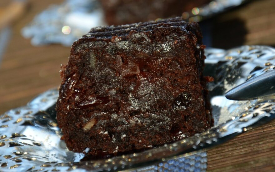 Tirpsta burnoje: šokoladinis manų pyragas su spanguolėmis