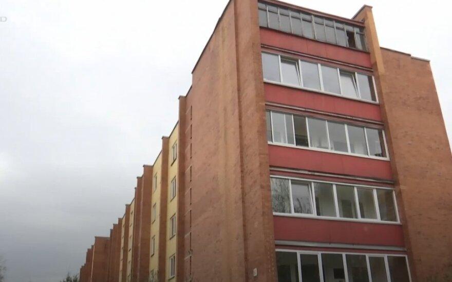 Kaimynai įtaria, kad panevėžietis išmatas išpila per balkoną.