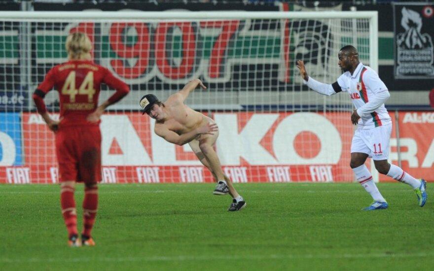 """Rungtynėse tarp """"Augsburg"""" ir """"Bauern"""" klubų į aikštę išbėgo nuogalius"""