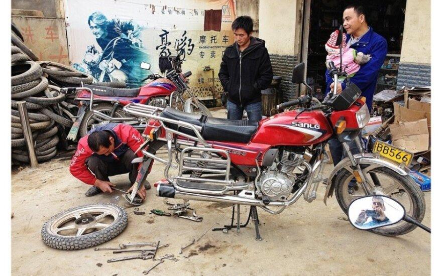 Motociklo remontas. Algirdo Bako nuotr.