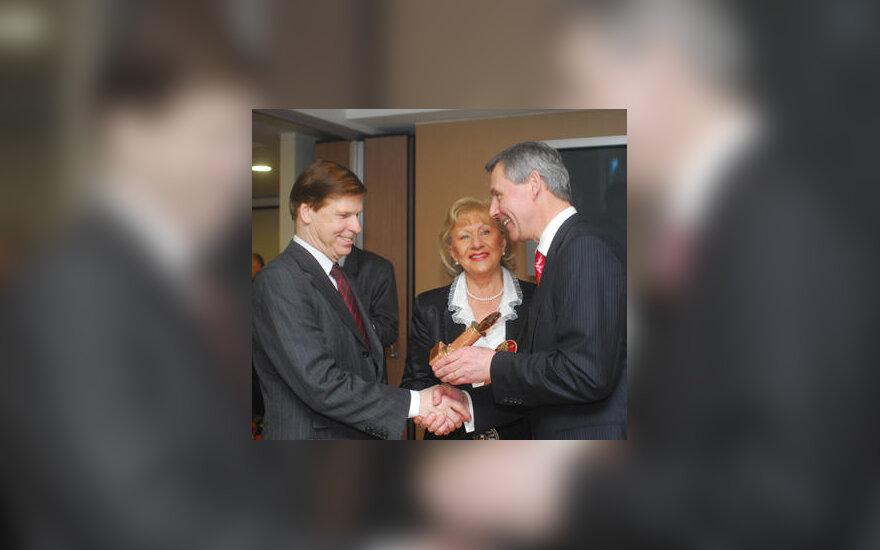 Algirdas Raslanas apdovanoja Česlovą ir Jūratę Norvaišas