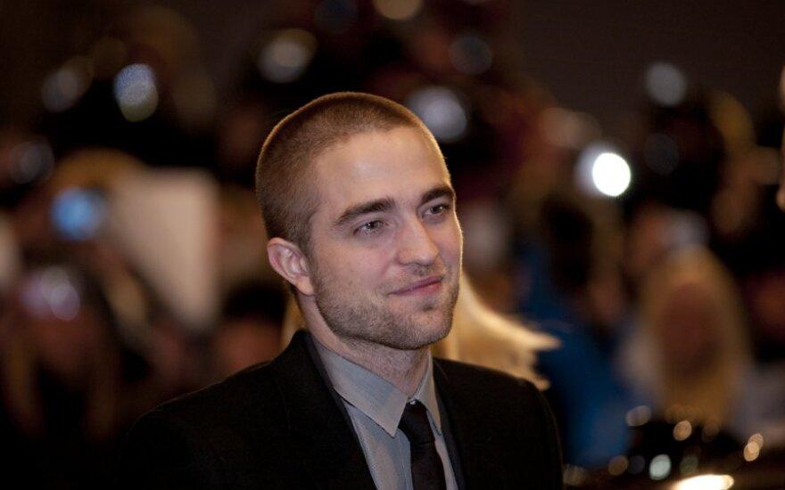 R.Pattinsonas po ginčo su Adele pasižadėjo pradėti galvoti, ką kalba